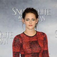 Kristen Stewart voit rouge à Berlin pour Blanche Neige et parle de Robert Pattinson (PHOTOS)