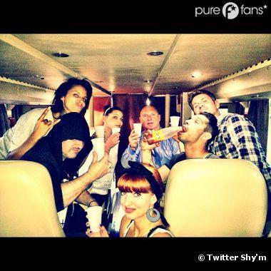 Shy'm fait mumuse avec son équipe dans le bus de tournée