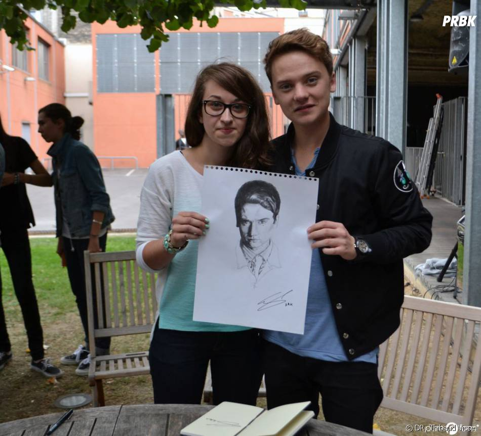 Camille présente à Conor le dessin qu'elle a réalisé !