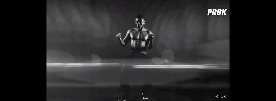 Makassy montre aussi ses talents de danseur et ses abdos !