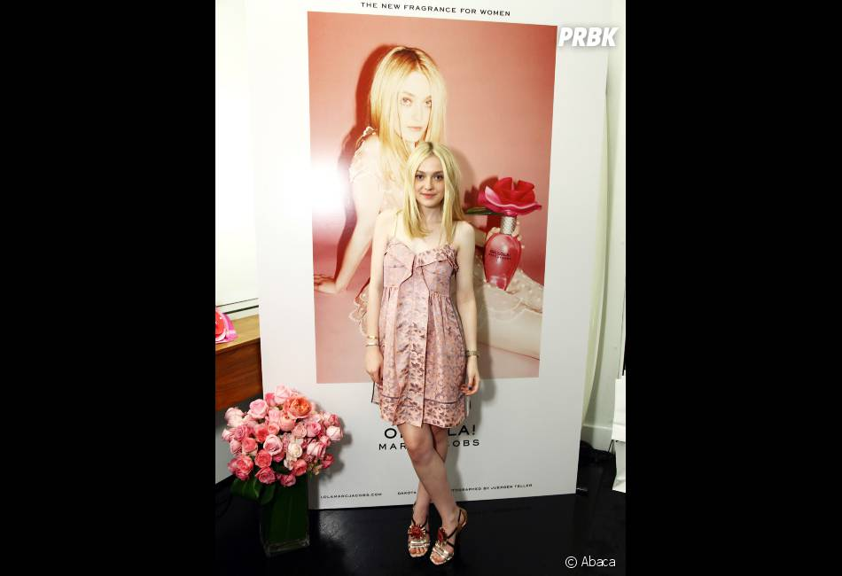 Dakota Fanning pose fièrement devant sa publicité pour Marc Jacobs