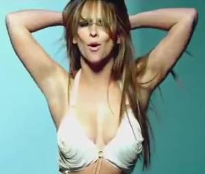 Jennifer Love Hewitt ne cache pas ses boobs pour la promo de son show