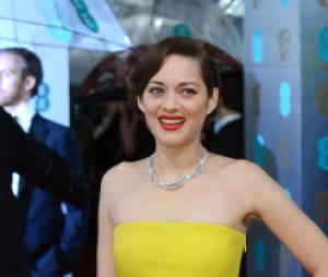 Marion Cotillard amène un peu de soleil sur le tapis-rouge des BAFTA 2013