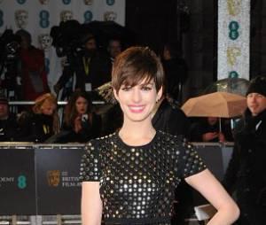 Anne Hathaway de bonne humeur aux BAFTA 2013