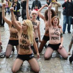 """Pape : une démission """"saluée"""" par les seins nus des Femen à Notre-Dame"""