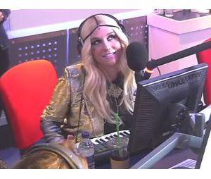 Kesha joue avec ses seins pour Capital FM