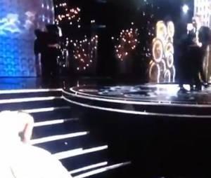 Jennifer Lawrence a trébuché aux pieds de Jean Dujardin en allant chercher son Oscar.