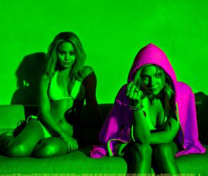 Vanessa Hudgens et Ashley Benson sur une affiche de Spring Breakers