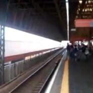 Une Brésilienne à deux doigts de passer sous un train... pour son téléphone