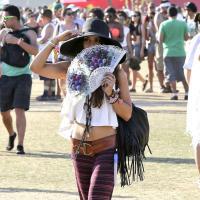Vanessa Hudgens version Yannick Noah : une hippie pieds nus au festival Coachella