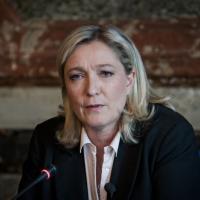 """Marine Le Pen tombe dans sa piscine... Jean-Luc Mélenchon """"l'arrose"""" sur Twitter"""