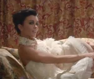 Jenifer se lâche dans le clip de Poupée de cire, poupée de son