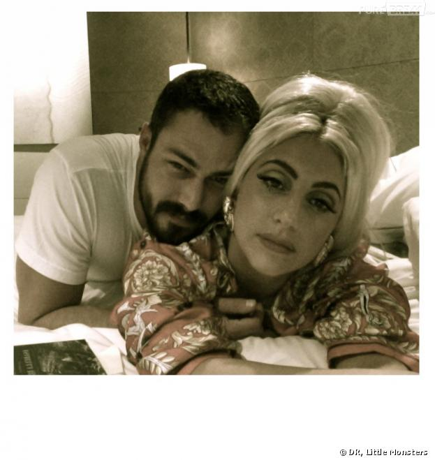 Lady Gaga et Taylor Kinney s'affichent en couple sur Little Monsters