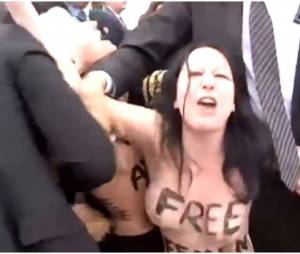 Les Femen face à François Hollande au salon du Bourget 2013