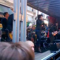 Indochine : le groupe de Nicola Sirkis a donné un concert gratuit (et surprise) en pleine rue