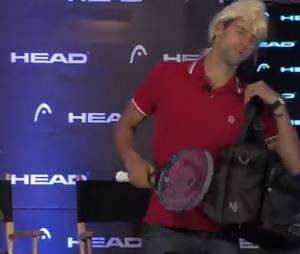 Novak Djokovic imite Maria Sharapova