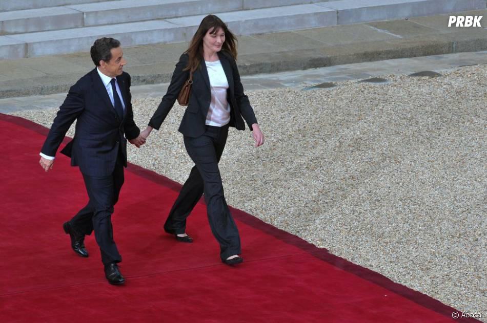 Carla Bruni et Nicolas Sarkozy pendant la passation de pouvoir en mai 2012