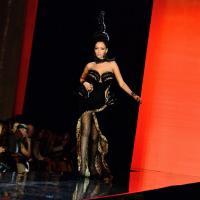 Nabilla Benattia défile pour Gaultier à la Fashion Week : élégance et excentricité (photos)
