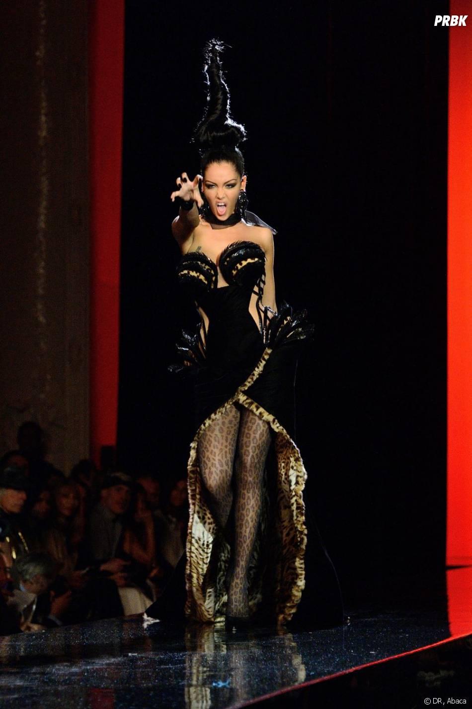 Nabilla Benattia sublime au défilé de Jean-Paul Gaultier à Paris le mercredi 3 juillet 2013.