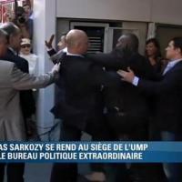 """Nicolas Sarkozy : un """"admirateur"""" un peu trop collant se jette sur l'ex-Président"""
