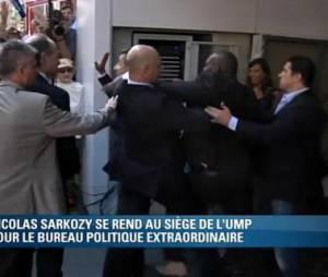 Un admirateur s'est jeté sur Nicolas Sarkozy lors de son arrivée au siège de l'UMP