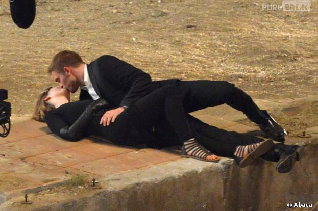 Robert Pattinson embrasse Mia Wasikowska sur le tournage de Maps to the Stars le 21 août 2013