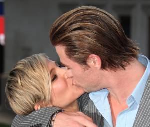 Baiser entre Elsa Pataky et Chris Hemsworth à l'avant-première du film Rush le 2 septembre 2013 à Londres