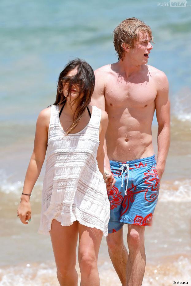 Lucy Hale et Graham Rogers à Hawaii en juillet 2013