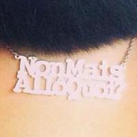 Nabilla Benattia : après le bouquin, le collier Non mais allô quoi