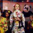 Alison Gold dans le clip de Chinese Food