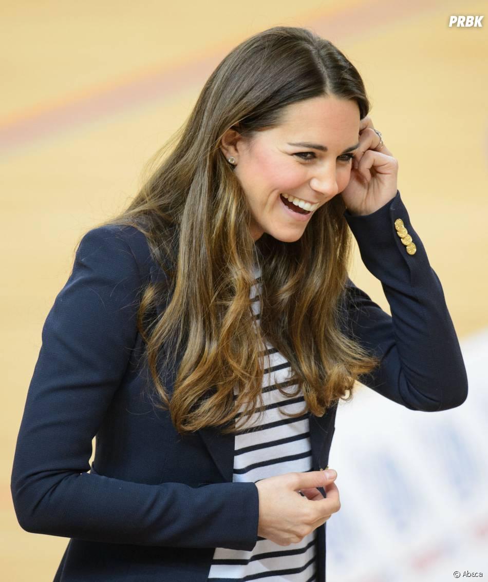 Kate Middleton souriante, le 18 octobre 2013 à Londres