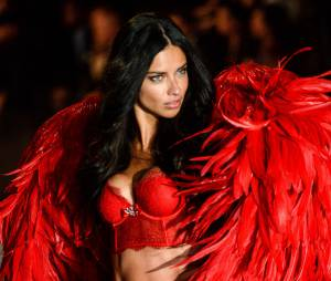 Victoria Secret : Karlie Kloss, Adriana Lima, Candice Swanepoel, Behati Prinsloo... défilent pour la marque de lingerie sous les yeux d'Adam Levine