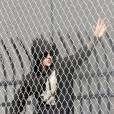 Justin Bieber salue ses fans avant de quitter son centre de détention le 23 janvier 2014