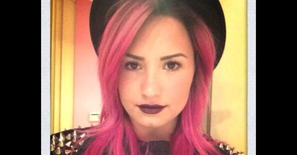 demi lovato ses cheveux teints en rose retour sur ses. Black Bedroom Furniture Sets. Home Design Ideas