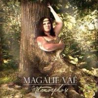 """Magali Vaé nue et """"déguisée"""" en arbre pour la pochette de son album, Twitter rit"""