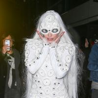 Lady Gaga mariée ?! Tenue blanche et lancer de bouquet à ses fans