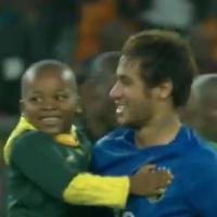 Neymar câline un enfant sur le terrain, la vidéo craquante
