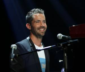 Emmanuel Moire pendant le concert Leurs Voix pour l'Espoir, le 12 septembre 2013 à l'Olympia