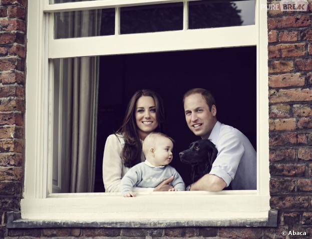 Kate Middleton, le Prince William, le Prince George et leur chien Lupo : nouveau portrait de famille au Palais de Kensington, mars 2014