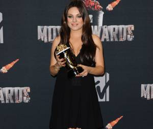 Mila Kunis remporte le prix de meilleure méchante aux MTV Movie Awards 2014 le 13 avril 2014