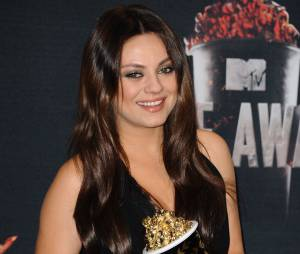Mila Kunis pose avec son prix aux MTV Movie Awards 2014 le 13 avril 2014