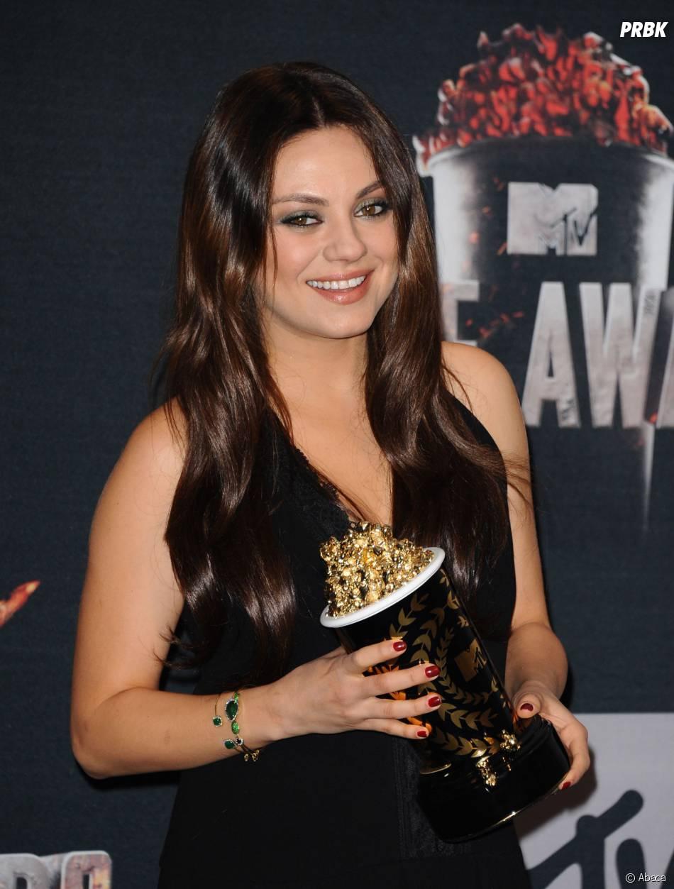 Mila Kunis pose avec son prix aux MTV Movie Awards 2014 le 13 avril 2014