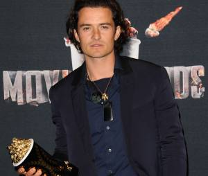 Orlando Bloom pose avec son prix aux MTV Movie Awards 2014 le 13 avril 2014