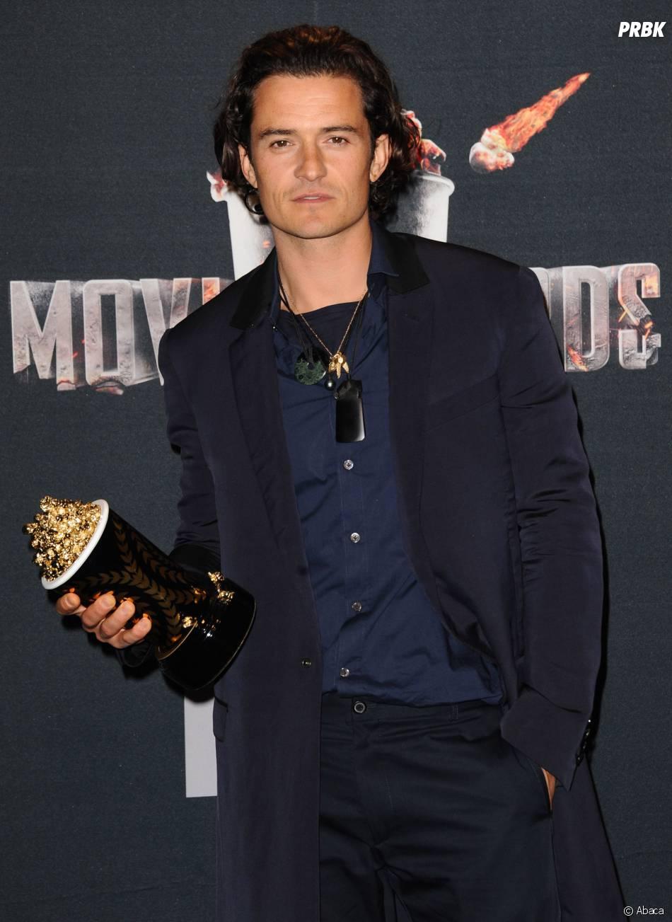 Orlando Bloom pose avec son prix aux MTV Movie Awards 2014 le 13 avril 2014