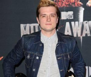Josh Hutcherson pose avec ses prix aux MTV Movie Awards 2014 le 13 avril 2014