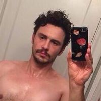 James Franco : la main dans le boxer pour un selfie flippant