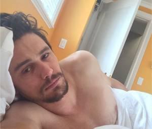 James Franco au lit sur une photo