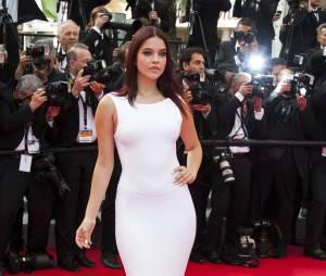 Barbara Palvin : glamour pour monter les marches à Cannes, le 21 mai 2014