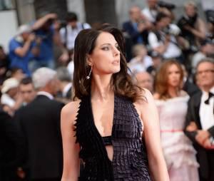 Frédérique Bel et sa robe fendue et décolletée : palme d'or du sexy 2014 !