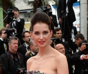 Frédrique Bel dévoile son sein sur le tapis rouge à Cannes le 23 mai 2014